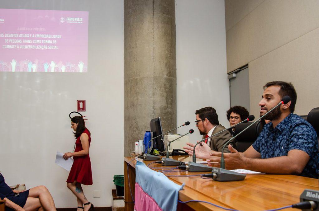 Audiência pública sobre visibilidade trans lota auditório