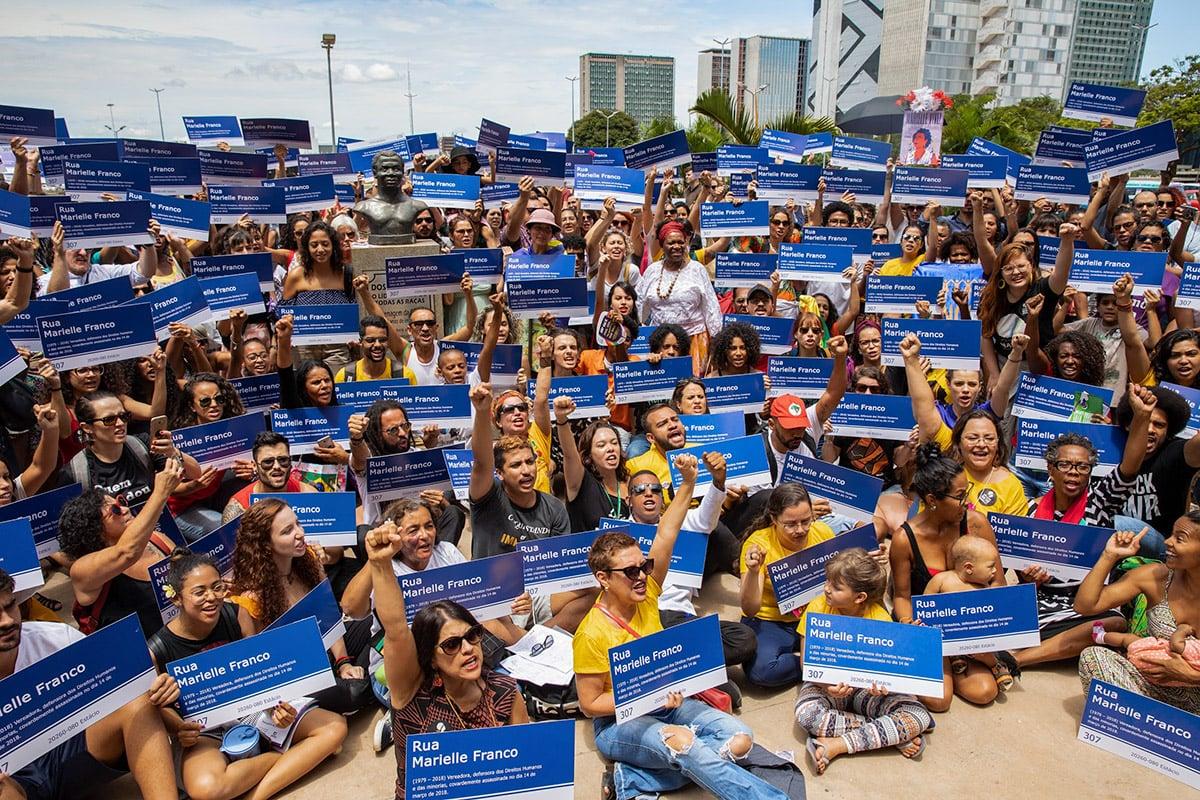 Entrega de 365 placas mobiliza população em homenagem a Marielle e Anderson