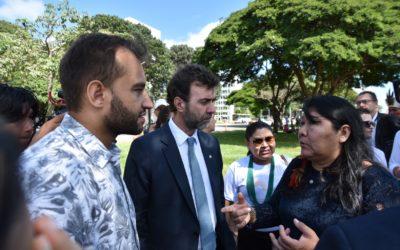Lideranças indígenas e parlamentares do PSOL conseguem manter acampamento Terra Livre na Esplanada
