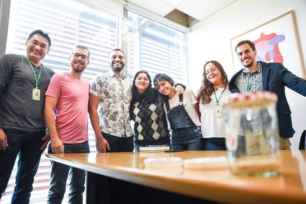 Assessoria do Gabinete 24, professor, alunas e deputado Fábio Felix abraçados em fileira